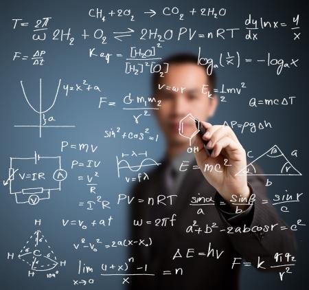 先生は高校の数学と科学の数式を書く 写真素材