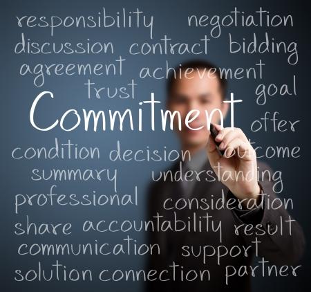 commitment: concepto de compromiso del hombre de negocios por escrito