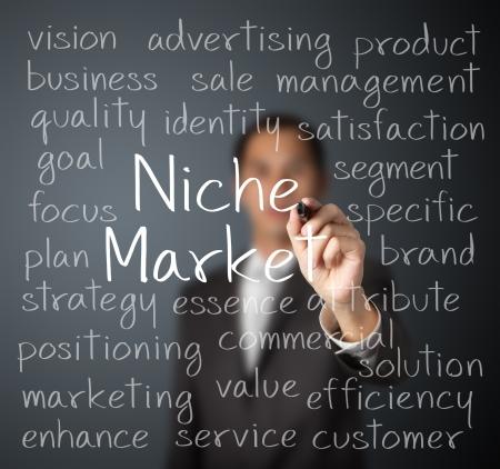 homme d'affaires écrit concept de marché de niche