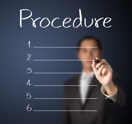 plan de accion: hombre de negocios por escrito la lista de procedimiento en blanco