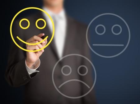 evaluacion: Hombre de negocios feliz en seleccionar evaluación de la satisfacción