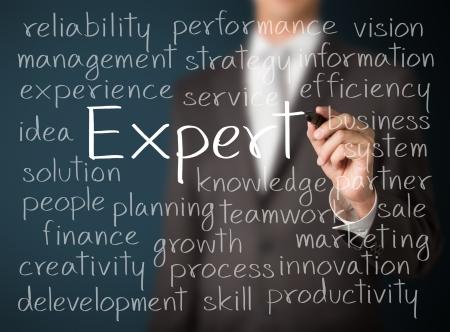 perito: hombre de negocios por escrito concepto de experto