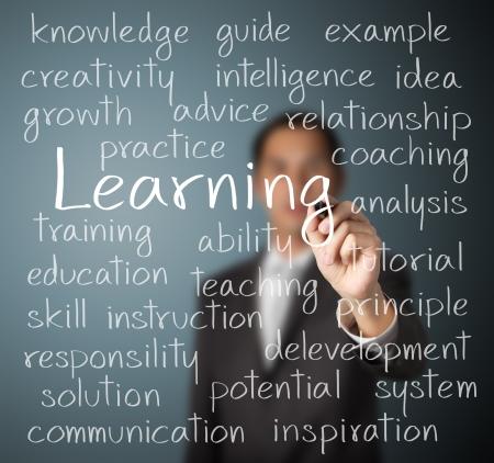 educadores: concepto de aprendizaje del hombre de negocios por escrito