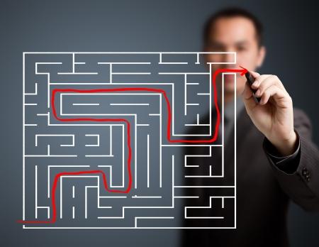 the maze: Hombre de negocios resuelto el laberinto Foto de archivo