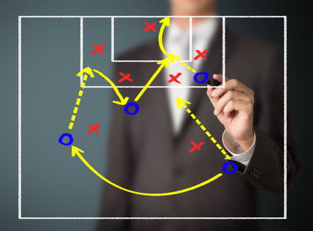 entraîneur de football écrit attaquant stratégie de jeu