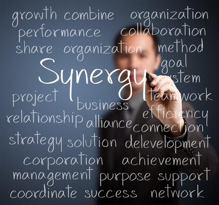 sinergia: hombre de negocios por escrito concepto de sinergia
