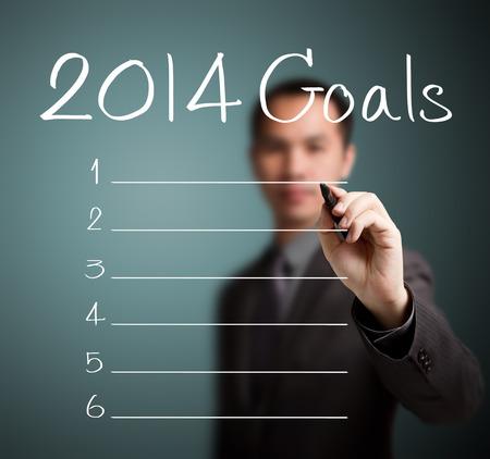 空白の 2014年の目標のリストを書くビジネス男