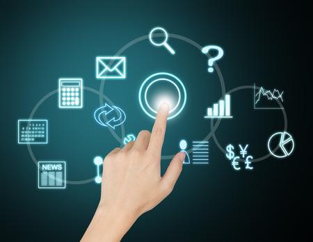 Main appuyant sur le bouton d'application virtuelle sur écran tactile Banque d'images - 26052594