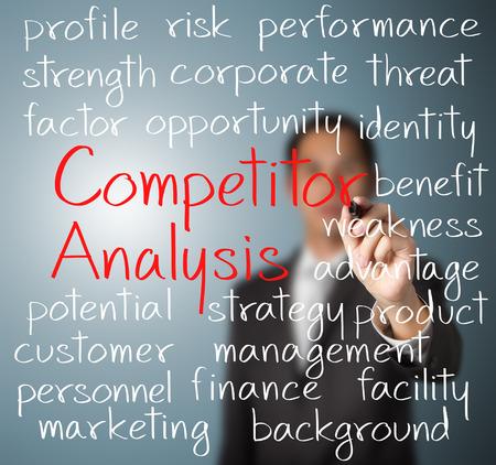 Homme d'affaires écrit analyse concurrent notion Banque d'images - 26051161