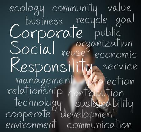 zakenman het schrijven van maatschappelijk verantwoord ondernemen MVO-concept van