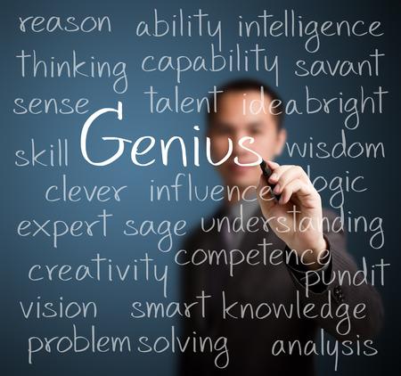 天才の概念を書くビジネス男