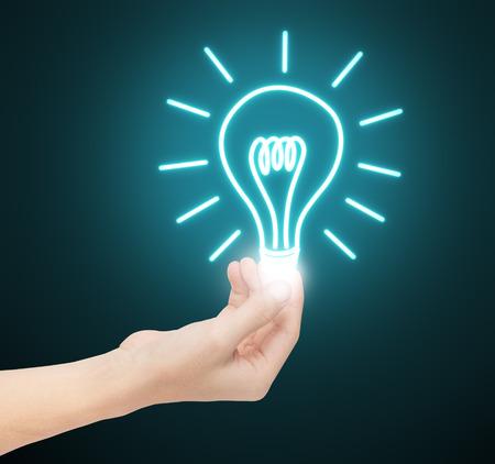 アイデア電球を持っている手します。