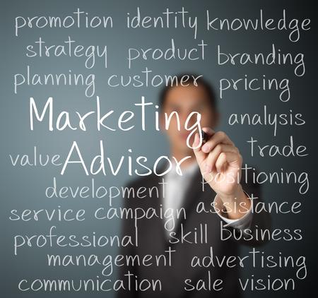 ビジネス男のマーケティングの顧問の概念を書き込み
