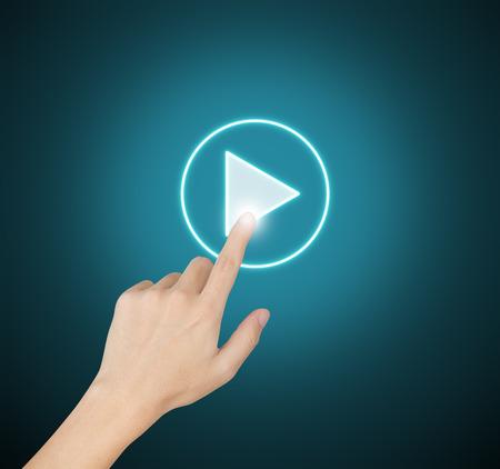 ビデオ クリップを実行するタッチ スクリーンの手プッシュ スタート ボタン 写真素材