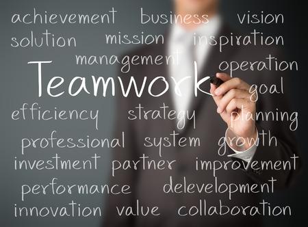チームワークの概念を書くビジネス男