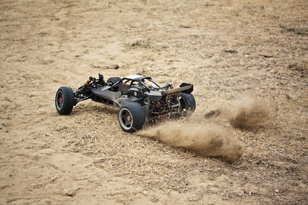 пыль: Remote control toy car driving on dry grass