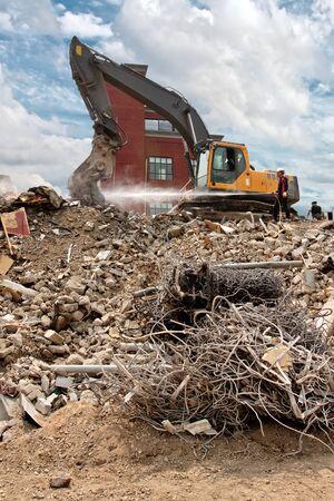 caños de agua: La demolición de un edificio, el agua se utiliza para la prevención de la propagación de polvo Foto de archivo