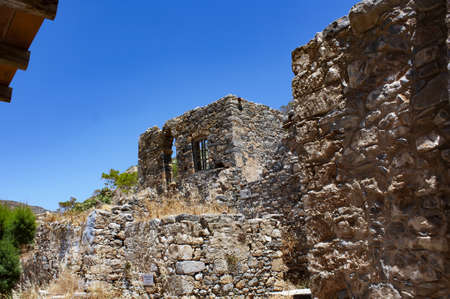 """Abandoned old fortress and former leper colony, island Spinalonga, Crete, Greece. Ruined old buildings, abandoned in the late 1950s. """"Cursed Island"""" Standard-Bild"""