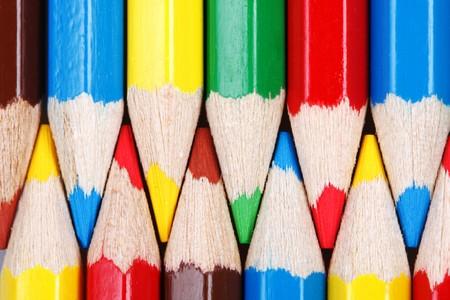 Due file di matite colorate