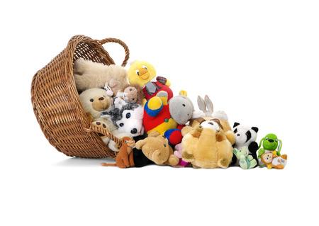 oso de peluche: Juguetes de los animales de peluche en una cesta aislado en un blanco Foto de archivo