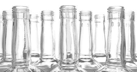 botella de licor: Las botellas de vidrio en el fondo blanco