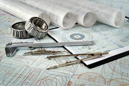 rollager, schuifmaatklauwen, kompassen, klembord en tekeningen Stockfoto