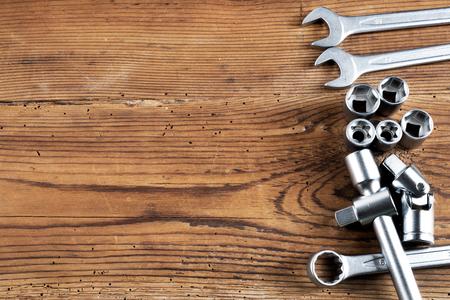 gereedschapskist op houten tafel