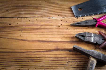 ferramentas em fundo de madeira