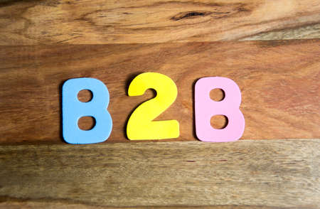b2b: B2B en letras coloridas