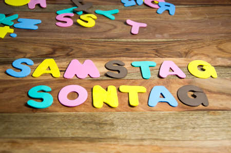 sonntag: palabras Sonntag y Samstag formadas por letras de colores Foto de archivo