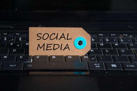 キーボードでは紙タグに書かれたソーシャル メディア