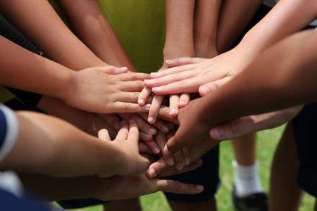 niÑos contentos: grupo de personas de manos jóvenes s
