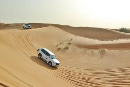 coche en desierto cerca de Dubai, Emiratos Árabes