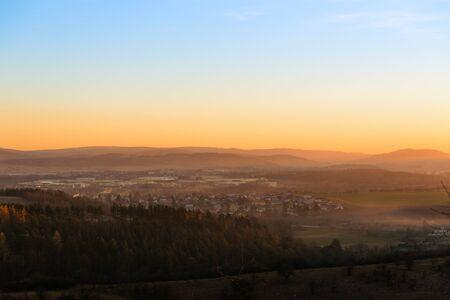czech switzerland: Bella mattina d'autunno sul punto sopra la foresta profonda in Repubblica Ceca, l'Europa vista