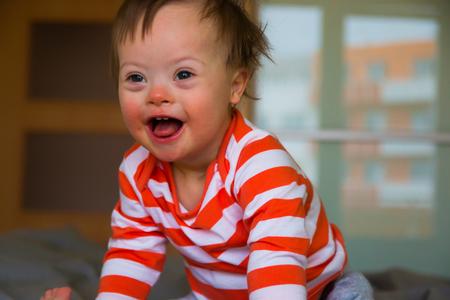 Portrait de mignon petit garçon avec le syndrome de Down Banque d'images - 87733101