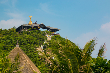Chinese temple on top of Dolphin island next to Hainan Foto de archivo