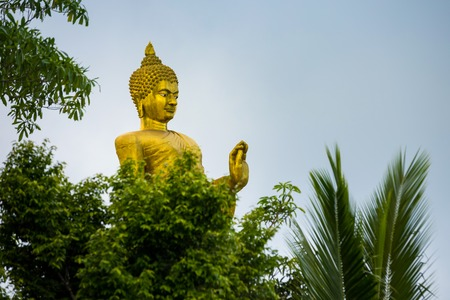 Gold Big Buddha in mountain temple is highest point of Koh Sumui Foto de archivo