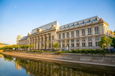 Palast der Gerechtigkeit im Sonnenuntergang in Bukarest