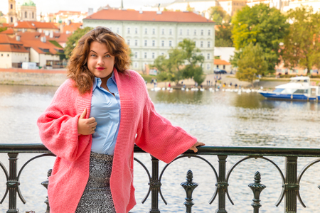 Portrait of young woman Old Town of Prague and river Vltava background in sunny september day, Czech Republic Foto de archivo - 109227632