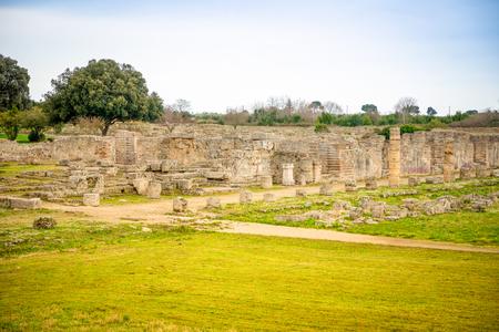Old ruins of ancient Greek city in Paestum in Italy Foto de archivo - 119248586