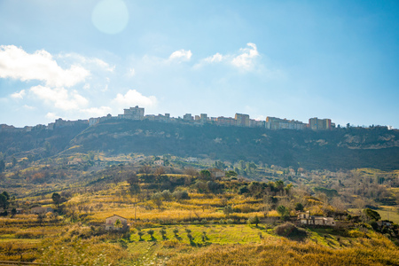 A view of the ancient city Enna from the highway towards Catania on mountain in Sicily island in Italy Foto de archivo - 119249788