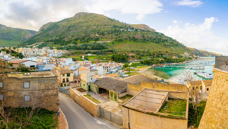 Panoramic view of Castellammare del Golfo in winter time on the island of Sicily in Italy Foto de archivo - 119250010