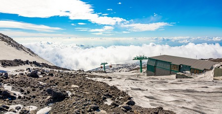 Panoramic view over the clouds from Etna to Catania in Sicily, Italy Foto de archivo - 119250267