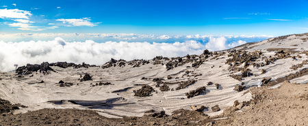 Panoramic view over the clouds from Etna to Catania in Sicily, Italy Foto de archivo - 119250268