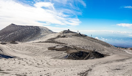 Panoramic view over the clouds from Etna to Catania in Sicily, Italy Foto de archivo - 121409024