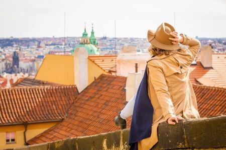 Girl in a beige hat, admiring the panorama of the city, Prague, Czech Republic Foto de archivo - 121430947