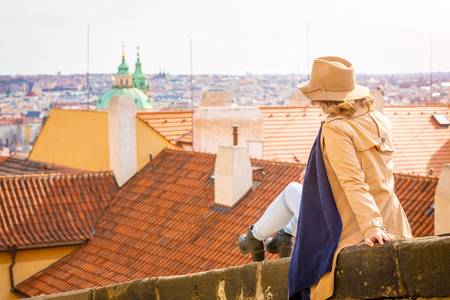 Girl in a beige hat, admiring the panorama of the city, Prague, Czech Republic Foto de archivo - 121435303