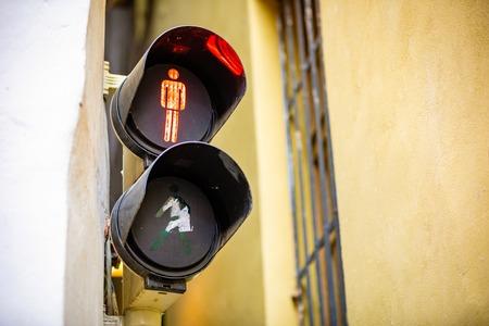 Narrowest street with traffic light in Prague, Czech republic Foto de archivo - 121435697