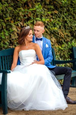 Charming newlywed couple in Wallenstein garden in Prague in Czech Republic Foto de archivo - 121435969