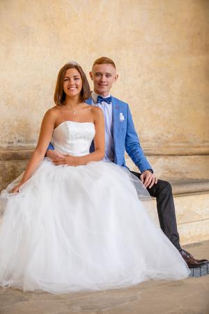 Charming newlywed couple in Wallenstein garden in Prague in Czech Republic Foto de archivo - 121436062